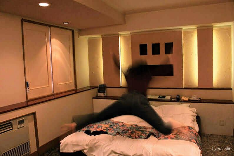 ベッドにダイブする人