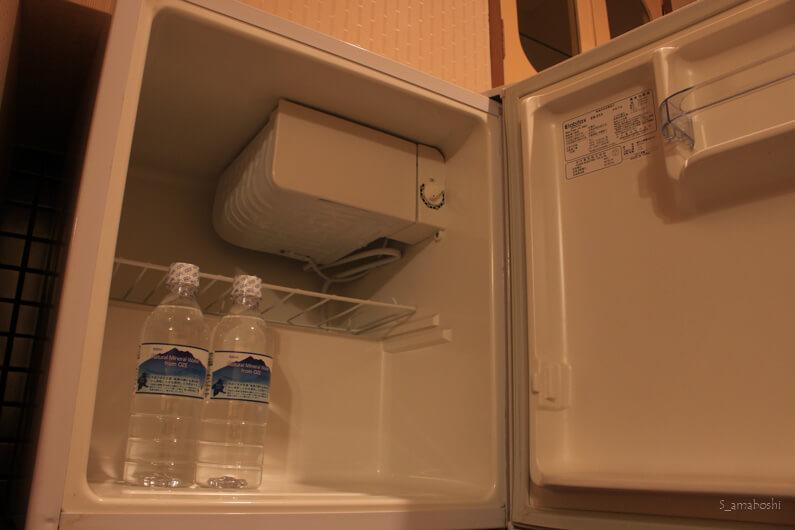 冷蔵庫と水